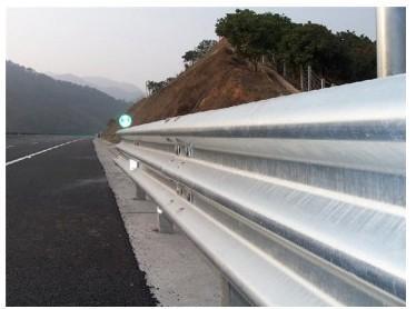 供应山东高速公路三波护栏板产生厂家高速公路三波护栏板厂家批发