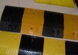 优质橡胶减速垄图片