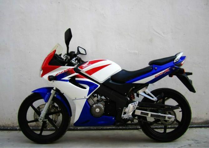 本田cbr125rr摩托车