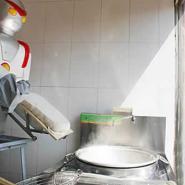崔润全制作的刀削面机器人图片