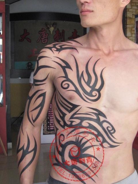 qq霸气男生皮肤纹身图片