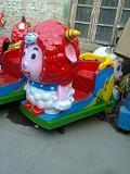 承德超市门口小孩乘坐美羊羊摇摆机图片