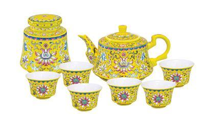 甜美而清冽的茶喷鼻跟着清雅的器物慢慢传送