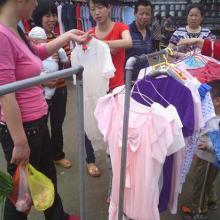 供应外贸尾单T恤,库存T恤批发,外贸服装批发,地摊服装批发。