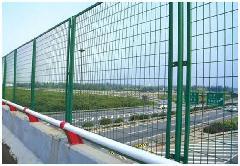 供应高速公路隔离栅/公路防护网/机场隔离网