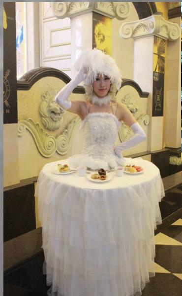 美女移动餐桌表演图片