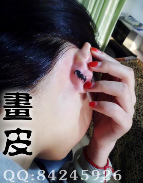 女生耳后星星纹身图片 (470x600)-图腾星星纹身图案